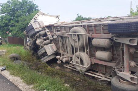 Un autotren s-a răsturnat la Secuieni şi a blocat E85