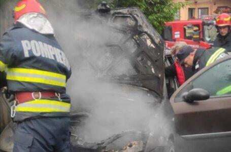 Un autoturism a fost distrus de un incendiu, într-o parcare din Piatra-Neamţ