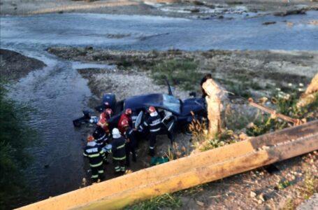 Cascadorie involuntară la Bodeşti. Salt cu maşina de pe pod în râul Cracău.