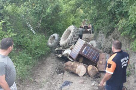 Bărbat din Neamţ, mort după ce s-a răsturnat cu tractorul
