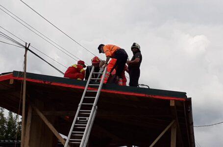 Un bărbat de 31 ani din Farcaşa s-a electrocutat pe casa aflată în construcţie