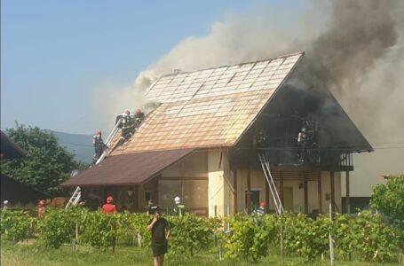 Vilă distrusă de un incendiu la Dumbrava Roşie. Proprietara a suferit atac de panică.