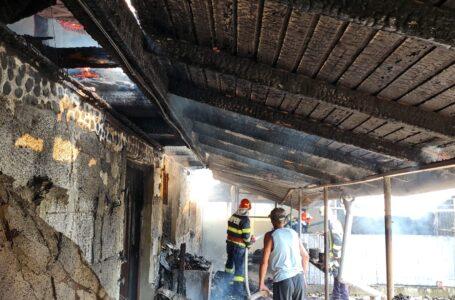 Un nou incendiu la o casă din Podoleni. Două persoane au suferit arsuri.