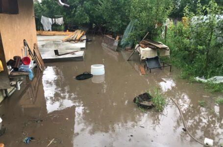 Noapte cumplită în Neamţ! Persoane evacuate, gospodării şi drumuri inundate. (foto-galerie)