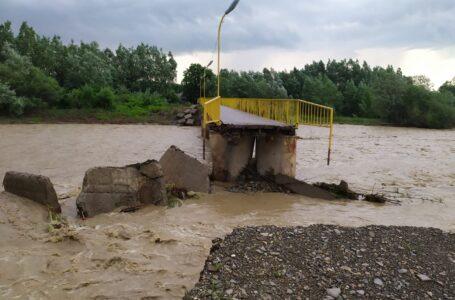 VIDEO Poduri luate de ape la Crăcăoani şi Grinţieş. Femeie salvată la Bodeşti. Noi inundaţii la Piatra-Neamţ şi Roman.