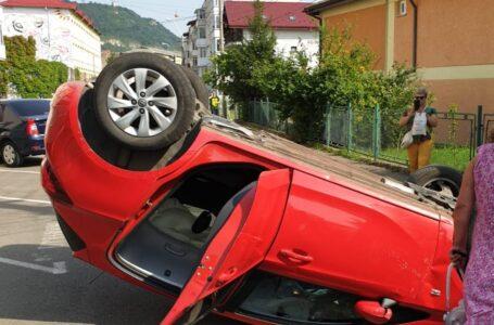 Accident în Piatra-Neamț cu două autoturisme în care se aflau trei persoane