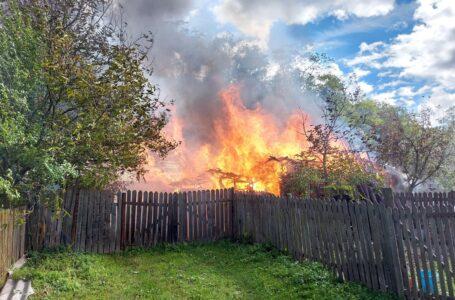 Foto/Video Gospodărie din Ceahlău, distrusă de incendiu. Două case și dependințe, făcute scrum.