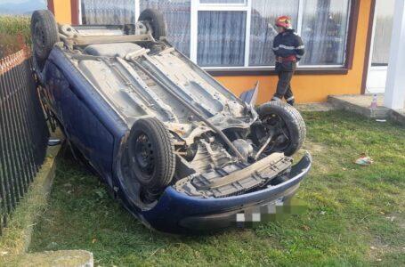 O şoferiţă s-a răsturnat cu maşina în curtea unei case din Piatra-Neamţ