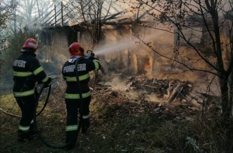 Casă mistuită de flăcări la Ruginoasa (FOTO)